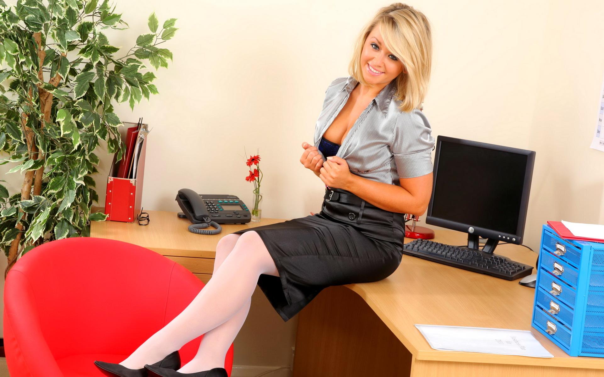 Фото девушек в юбках в офисе 10 фотография